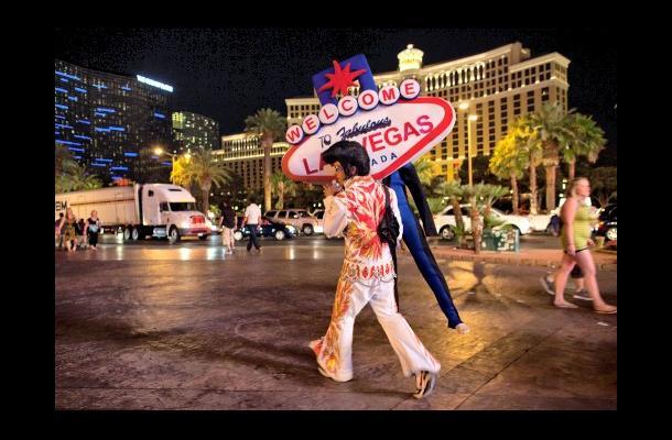 Rodrigo Gonsalez da la bienvenida a los turistas a Las Vegas