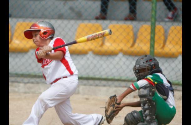 Oscar Arbeláez, bateador de Atlántico durante su turno al bate en el juego ante Santander