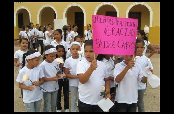 Los niños manifestaron su pesar por el traslado del padre Carlos Machado.