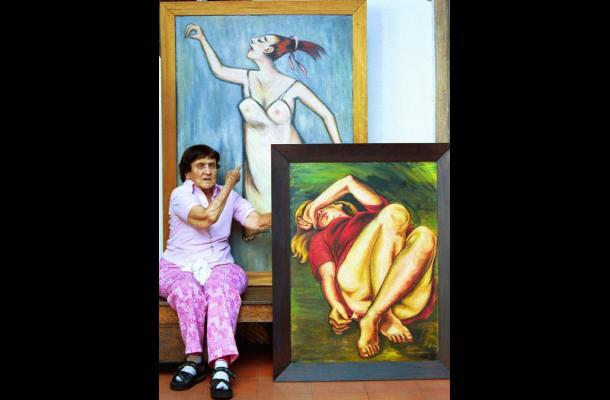 La artista Débora Arango junto a su obra.