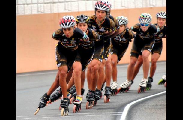 La selección Colombia de patinaje en la pista de ruta del Patinódromo de Yeosu,