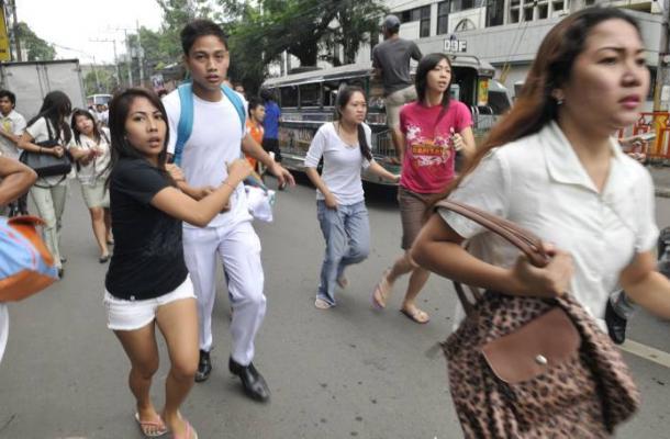Habitantes de Filipinas corren atemorizados después de sentir el fuerte sismo.