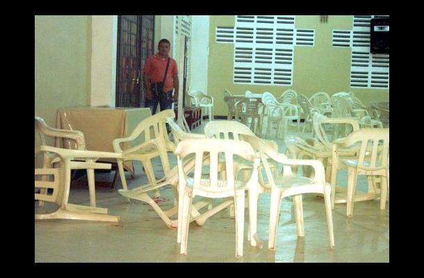 Las sillas del templo queda-ron tiradas y desordenadas, como testigo de la acció