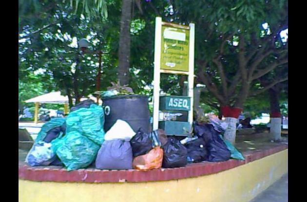 Los desechos son apilonados en los parques y sectores céntricos