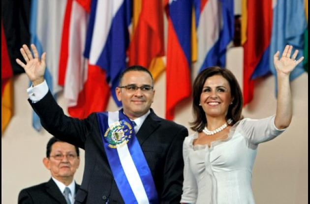 El nuevo presidente del Salvador, Mauricio Funes y su esposa Vanda Pignato, durante la ceremonia de investidura.