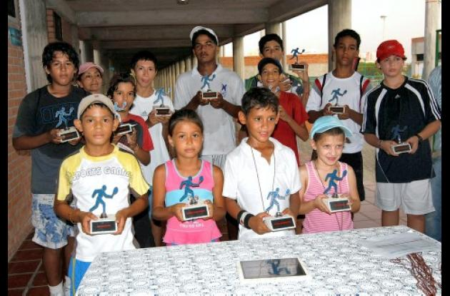 Campeones y subcampeones de la Copa Servicortes-Polumaq de Tenis disputada el fin de semana anterior en el Complejo de Raquetas.