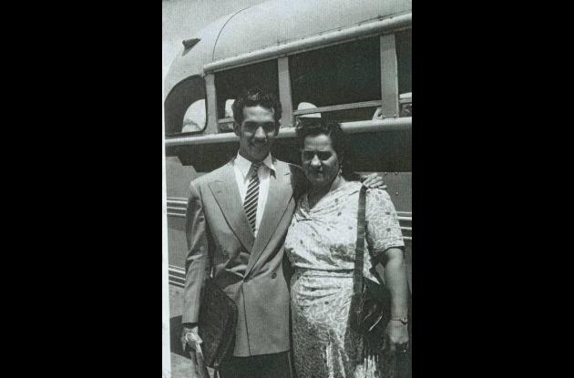 El escritor Álvaro Cepeda con su madre Sara Samudio