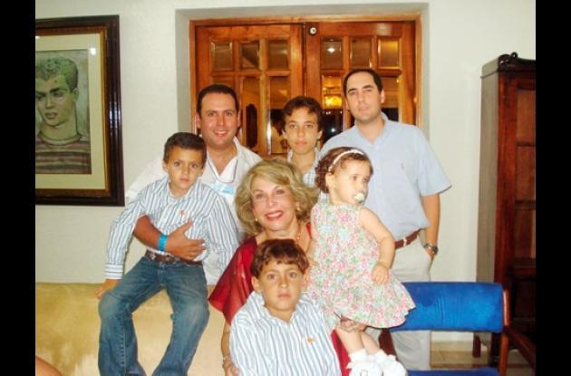 Juan Pablo Vélez, Carlos Vélez, Alejandro Vélez, Juan José Vélez; la cumplimentada,  María Stella García de Vélez, María Alejandra Vélez y   Carlos José Vélez.