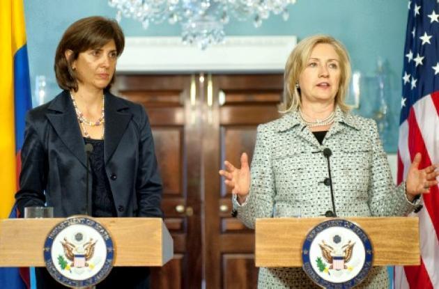 María Ángela Holguín y Hillary Clinton