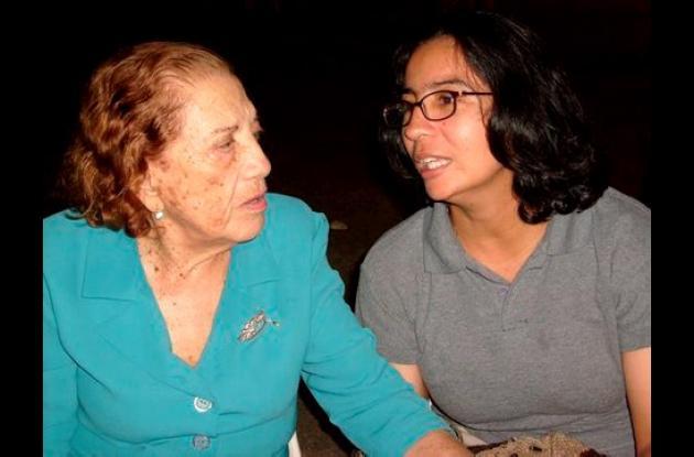 La poeta Meira Delmar con Beatriz Vanegas.