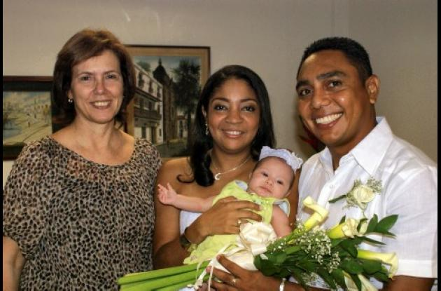 En ceremonia civil contrajeron matrimonio Willington Torres Carrillo y Graciela Venecia Rodríguez. Acompañan a la pareja, la notaria, Marta Luz Méndez de Ordosgoitia y la hija de la pareja, Camila Andrea Torres.