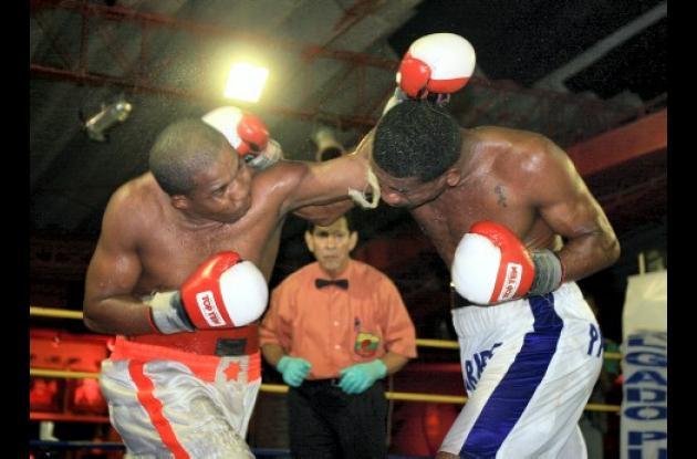 La pelea entre Tomás Orozco, derecha, y Manuel Banquez fue intensa de principio a fin.
