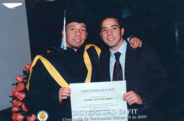 La Universidad Iafit otorgó el título de especialista en finanzas a Hernando José Charris Benedetti. Lo acompaña su hermano, Juan Pablo.