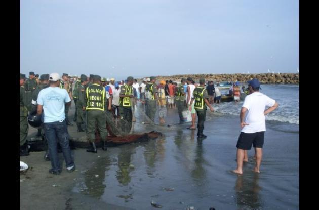 La Policía decomisó tras-mallos, boliches, redes y otros elementos emplea-dos para la pesca.
