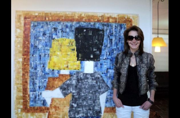 La artista Jiovanna Osorio y su obra.