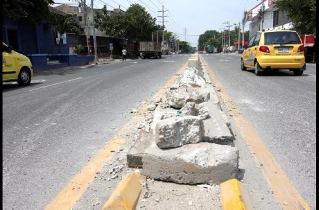 Según testigos, la patrulla de la Policía destruyó parte del separador de la vía en el Corredor de Carga.