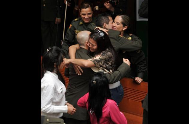 Un abrazo cálido entre policías y sus familiares