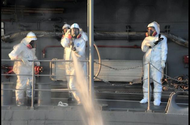 Trabajadores de Fukushima botando agua radiactiva