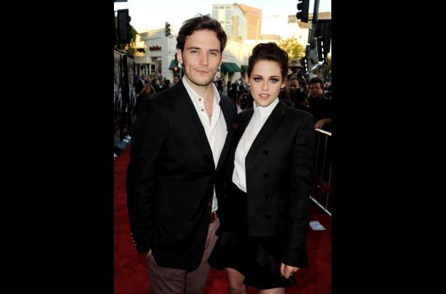 Los actores Sam Claflin (L) y Kristen Stewart en