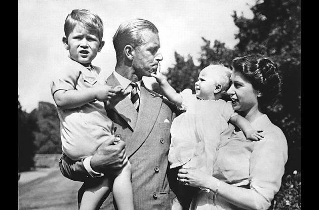 La reina Isabel y su esposo, el príncipe Felipe,  con sus hijos, Carlos y Ana