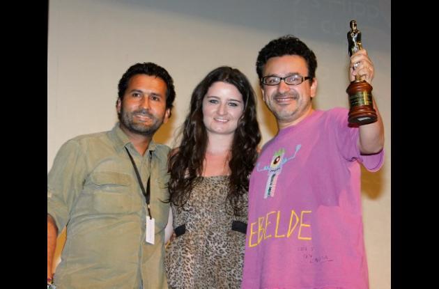 Francisco Huérfano Paz, Adela Manotas y Jairo Carrillo, director del filme.