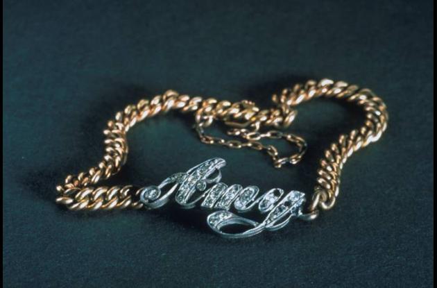 Este brazalete lleva el nombre en diamantes de la niña Amy