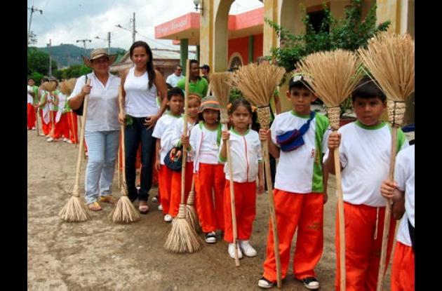 Los niños fueron los protagonistas de la celebración en la que se hizo énfasis en mantener el pueblo limpio.