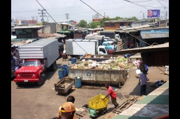 La zona de las tractomulas, en el Mercado de Bazurto, es donde los recicladores rescatan la comida de las cajas estacionarias, llenas con toda la basura del sector.