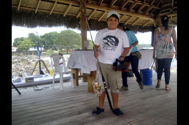 El joven César Antonio Medina en el bote LDKC fue el único pescador infantil que