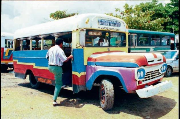 Los viejos buses de madera de Cartagena.