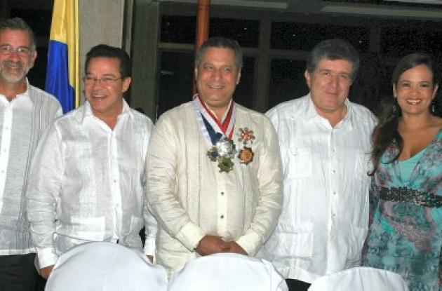 Eduardo Verano De La Rosa, gobernador del Atlántico; Joaco Berrío Villarreal, gobernador de Bolívar; el homenajeado, Rafael Enrique Ostau De Lafont; Julio César Turbay Quintero, contralor general de la República; y Judith Pinedo, alcaldesa de Cartagena.