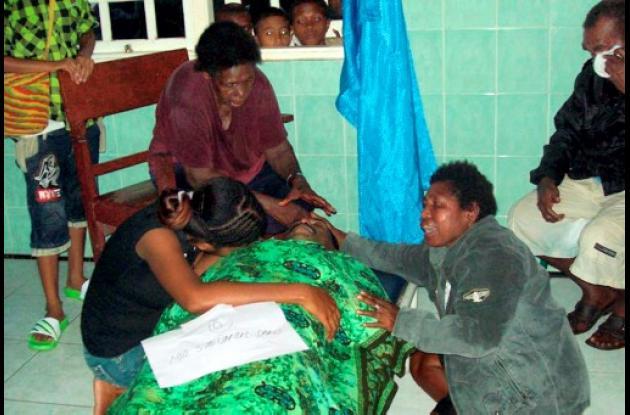 Familiares víctimas de accidente aéreo en Indonesia