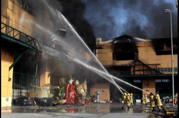 Bomberos apagando el incendio