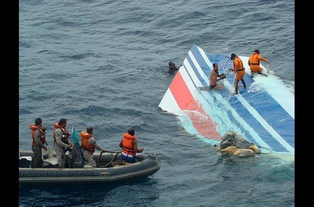 Dieciséis cuerpos y decenas de componentes estructurales del avión se han recuperado en el Atlántico y serán llevados al archipiélago brasileño de Fernando de Noronha.