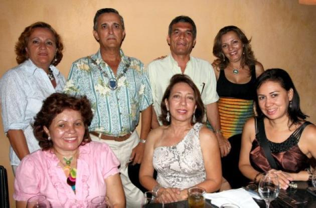 De pie: Silvia Alzate, Ramón Peñaranda, Alfonso Amarís y Adriana Gómez; sentadas: Yira Boutrows,  Miryam George y Magnolia Mendoza.