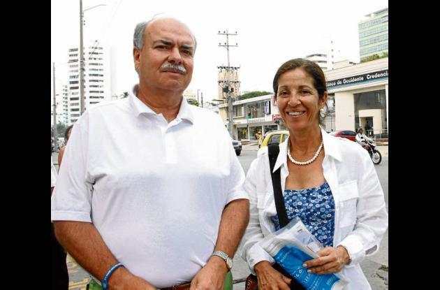 Iván Mejía Álvarez con su esposa María Isabel Casas.