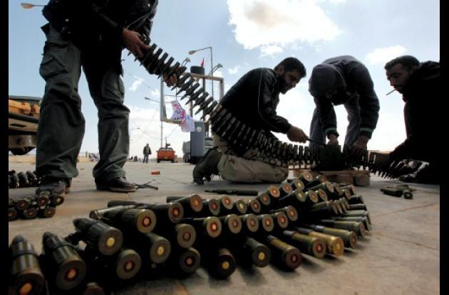 Hombres de Libia con municiones