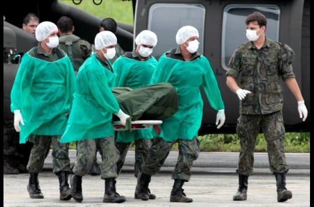 Personal de la Fuerza Aérea Brasileña descargó ayer en el aeropuerto de Fernando de Noronha, los cadáveres de los pasajeros del siniestrado del avión Airbus A330.