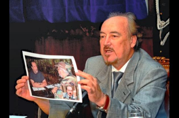 """El ministro de seguridad de Ecuador, Gustavo Larrea muestra una polémica foto donde supuestamente estaba con alias """"Raúl Reyes""""."""