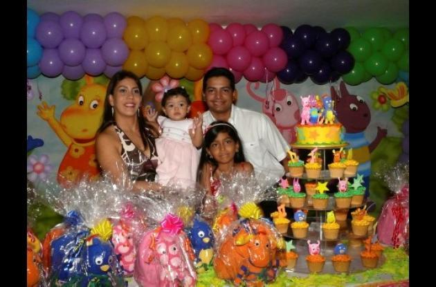 En el  Club  Cartagena  celebró  su  cumpleaños Sofía  Hernández Paz. Aparece con sus padres: Mauricio Hernández Delgado, Laura  Paz  Tinoco  y Natalia Hernández, hermana de la cumplimentada.
