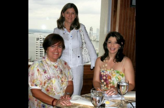 De pie: Ana María Herrera, gerente hotel Quadrifolio; sentadas: Eva María Campo, gerente de Delirio Hotel y Mónica Mass, directora Cotelco Cartagena.
