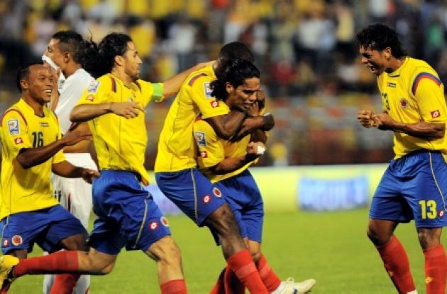El delantero Radamel Falcao garcía celebra junto a sus compañeros el único gol conceguido en la victoria de Colombia 1-0 sobre Perú.