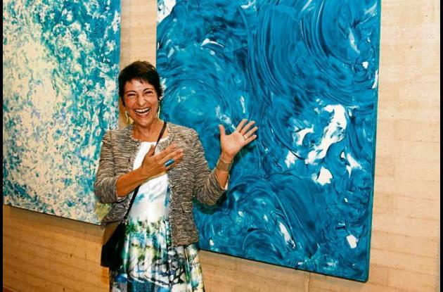 La artista Bibiana Vélez y su obra.