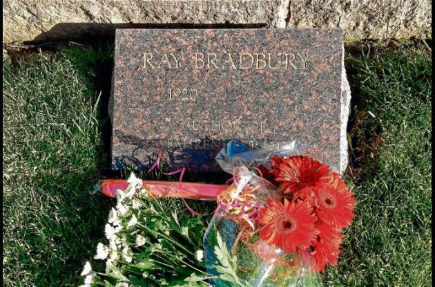 La tumba del escritor en el Cementerio de Los Ángeles.