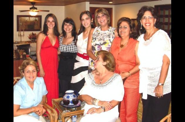 Martha Luz Ordosgoitia, Claudia Quecano, Carolina Quecano, Sonia Pereira, Lucy Pereira y Patricia Martínez.          Sentadas: María Eugenia Pereira y Sonia Muñoz.