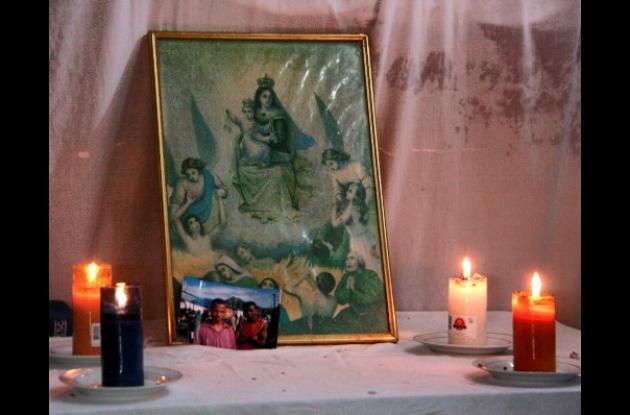 Velas encendidas en la casa Omar Solano Osuna, en el barrio Olaya Herrera