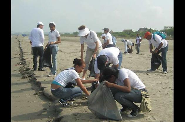 Primera jornada de aseo en Playa del Mar, Manzanillo.