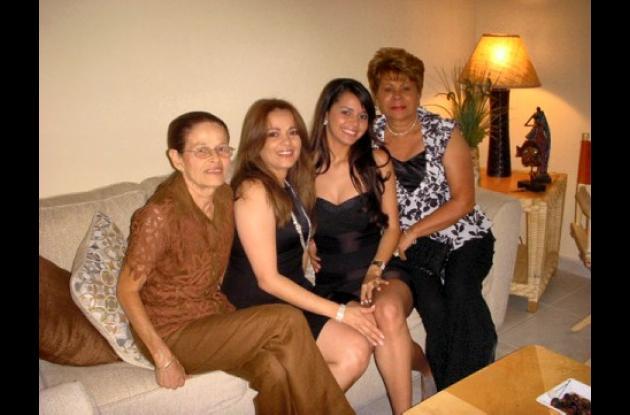 Laura Vanessa Díaz Juan recibió su grado con honores en Ronald W Reagan Sr High. Aparecen: Elsa Mendoza, Ligney Juan, Laura Vanessa Díaz y Liney Puente.