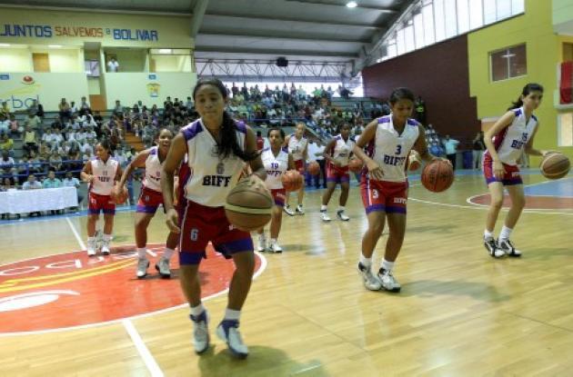 Las alumnas del Colegio Biffi realizaron en la inauguración una revista de baloncesto que fue muy aplaudida por el público.