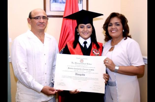 Joanna Chartuni Castro recibió el título de abogada por intermedio de la Universidad Libre. La acompañan sus padres, Enrique Chartuni González y Amelia Castro de Chartuni.